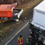 LKW kracht in Straßenmeisterei bei Erfurt: Zwei Männer schwer verletzt