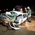 Schwerer Unfall bei Magdala - Auto kollidierte mit Betonpfeiler und überschlug sich