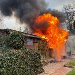 Schuppen brannte in Weida: Wehr kann Wohnhaus schützen - Gefahr durch Gasflaschen