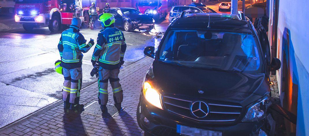 Fahrzeuge in Gera kollidiert – Mercedes fährt gegen Hauswand