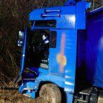 Beim Überholen kollidiert: LKW kommt von A4 bei Jena ab - Person eingeklemmt