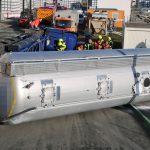 Unfall bei Tanna: Silo-Lastzug beim Entladen umgestürzt
