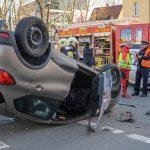 Heftiger Kreuzungscrash in Weimar: Fahrzeug landet auf dem Dach