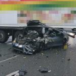 Rotzeichen missachtet? Daimler fährt in Erfurt unter Sattelzug