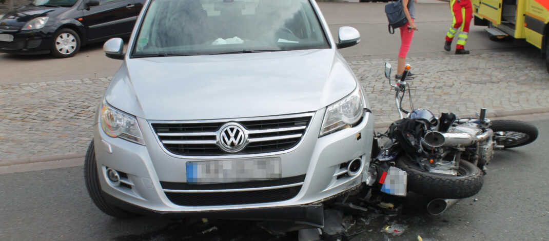 Verbotswidrig innerorts überholt: Motorrad mit Auto in Apolda zusammengestoßen