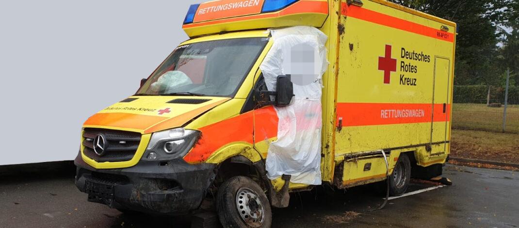 Rettungswagen landet zwischen Jena und Apolda auf der Seite: Fahrer wich Tier aus