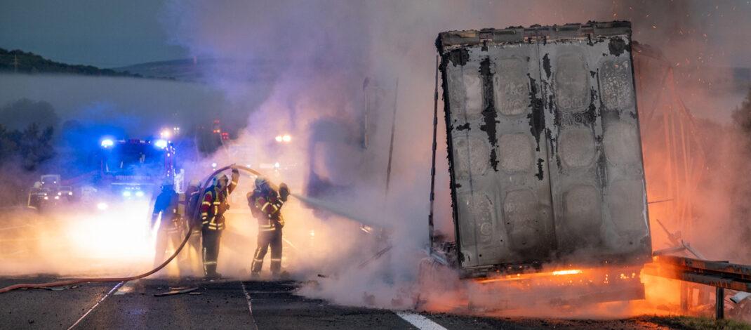 LKW rammt Pannenlaster auf Standstreifen und geht sofort in Flammen auf