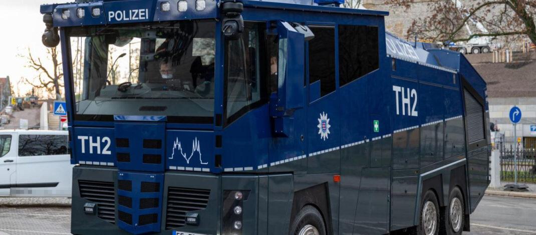 Corona-Demo in Erfurt auch von Gericht verboten: Wasserwerfer der Polizei stehen bereit