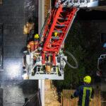 Hybridwagen brennt in Apolda lichterloh: Feuer griff auf Wohnhaus über