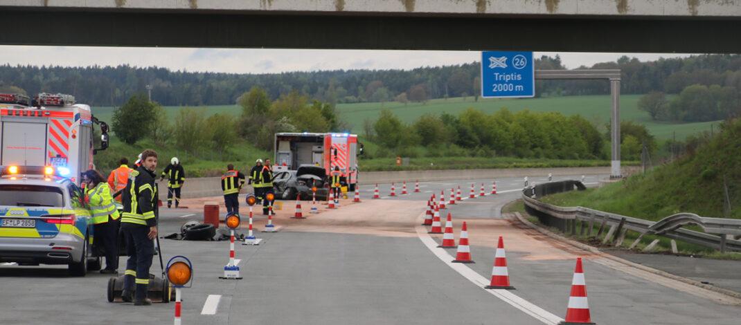 Trümmerfeld nach Unfall bei Triptis: BMW kracht mehrfach in die Leitplanke