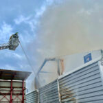 Feuer in Holzverarbeitungsbetrieb im Heideland: Sieben Wehren im Einsatz