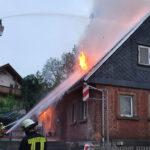 Wohnhaus brennt in Südthüringen: Außenangriff mit zwei Drehleitern