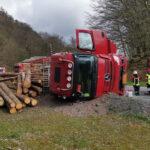 Holzlaster im Landkreis Nordhausen umgekippt: Ersthelfer können Brand löschen