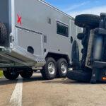 Rover mit Wohnanhänger auf A9 bei Eisenberg verunglückt - Ursache unklar