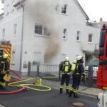 Gebäudebrand fordert Wehren in Bad Sulza: Mann über Drehleiter gerettet