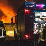 Altreifenlager brennt lichterloh: Feuerwehren im Landkreis Greiz im Großeinsatz