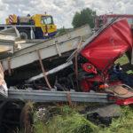 Lkw von A38 abgekommen: Fahrer war fast drei Stunden im Fahrerhaus eingeklemmt