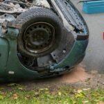 Auto kollidiert in Gangloffsömmern mit geparktem Wagen und überschlägt sich