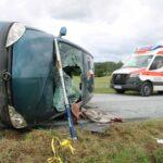 Corsa landet bei Ziegenrück auf der Seite: Feuerwehr befreit 80-jährige Fahrerin