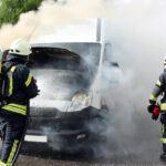 Kleintransporter in Flammen: Brandeinsatz im Feierabendverkehr in Heiligenstadt