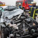 Auto kracht auf der A4 bei Bucha unter Tanklaster: Schwerverletzte eingeklemmt