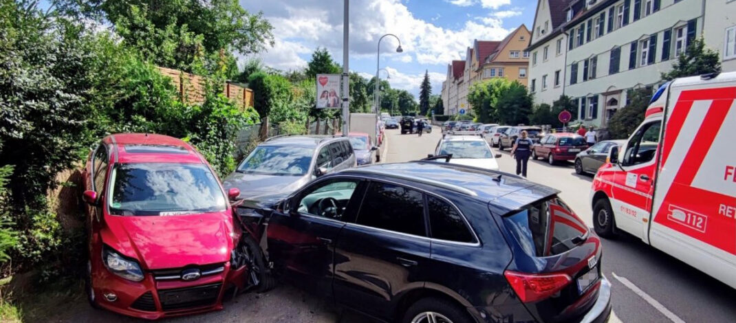 Frau wird in Erfurt plötzlich schwarz vor Augen: Unfall mit zwei Kindern an Bord