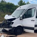 Zwei Kleintransporter auf A38 kollidiert: Massenanfall von Verletzten