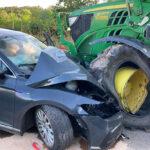 Auto fährt in Gegenverkehr und kollidiert frontal mit Traktor