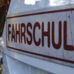 Wutanfall weil Fahrlehrer eingreifen musste: Fahrschüler steuert gegen Leitplanke