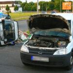 Zwei Verletzte nach Unfall auf Kreuzung in Nordhausen - Auto kippt auf die Seite