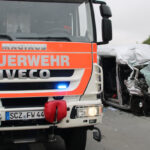 Transporter fährt bei Dittersdorf ungebremst auf: Mann eingeklemmt und schwer verletzt