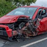 Rentner fährt nahe Troistedt in Gegenverkehr: Schwer verletzt durch Glassplitter