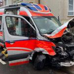 Unfall mit Rettungswagen auf Einsatzfahrt in Nordhausen: Autofahrer schwer verletzt