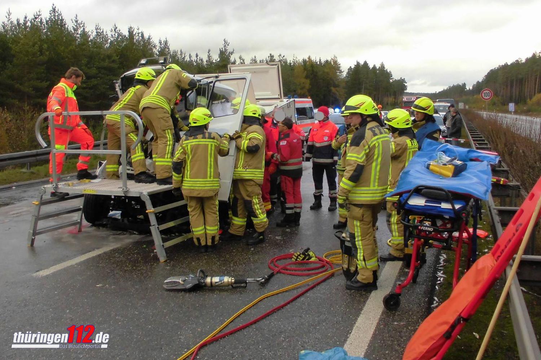 Rettungskräfte befreien den eingeklemmten Fahrer. Fotos: Feuerwehr Ilmenau