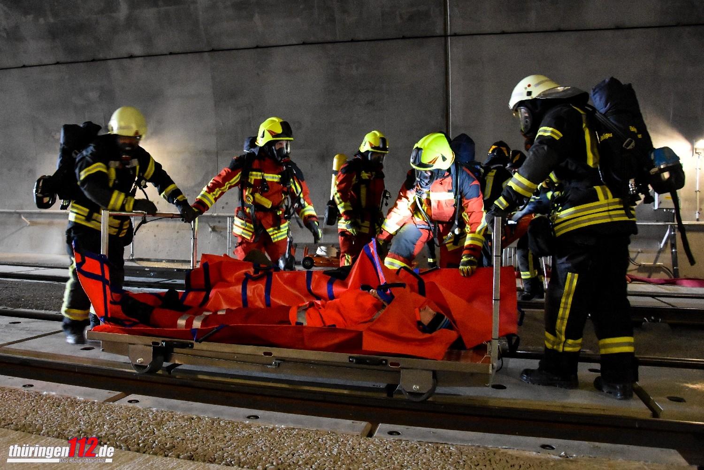 Über Schienenrollwagen werden Material und Verletzte transportiert